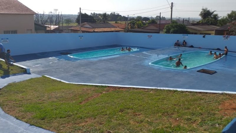 População de Guzolândia desfruta das piscinas públicas do Centro de Lazer