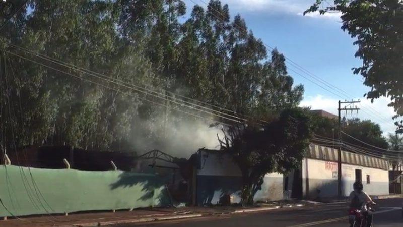 Incêndio destrói oficina de pneus