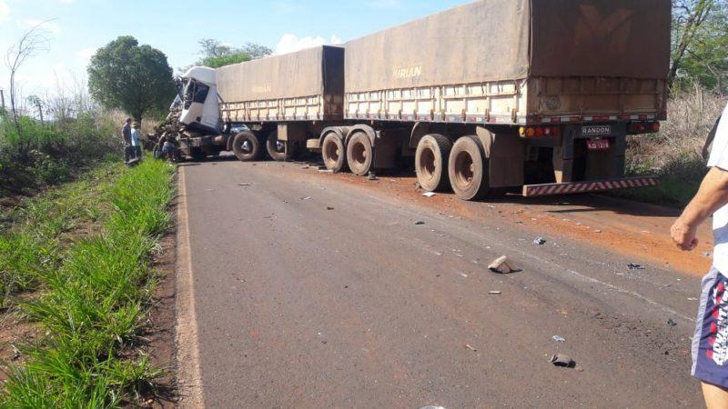 Motorista fica ferido em acidente entre caminhões