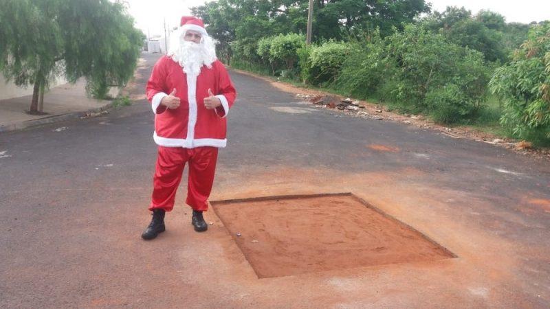 Buraco é consertado após morador colocar árvore de Natal e se vestir de Papai Noel