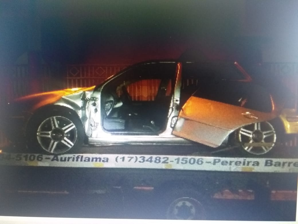 Porta de carro é arrancada após colisão no Centro de Auriflama