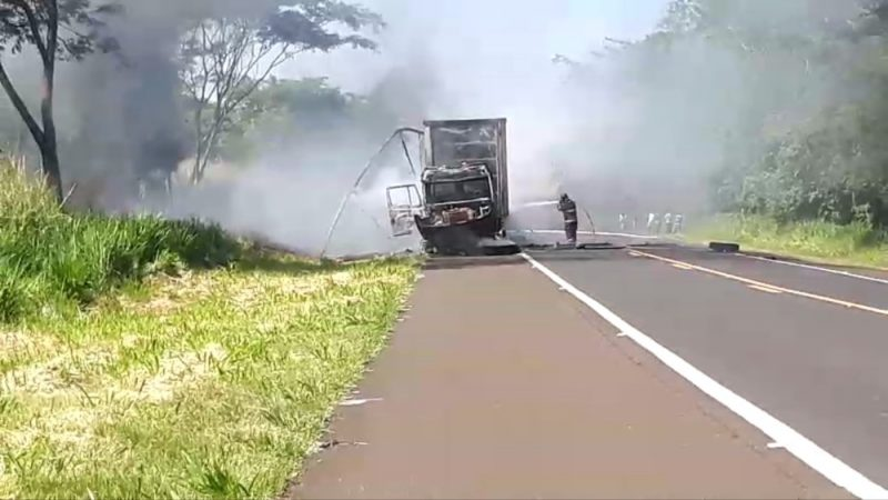 Caminhão pega fogo e interdita rodovia em Aracanguá