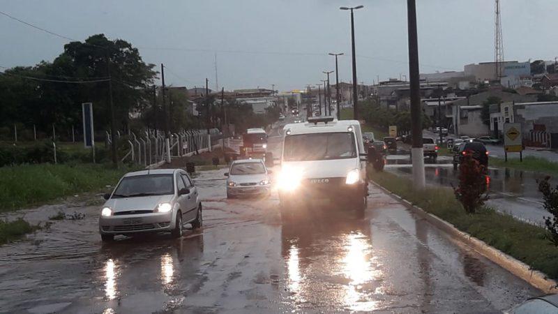 Chuva alaga avenidas e invade quintais de casas em Auriflama