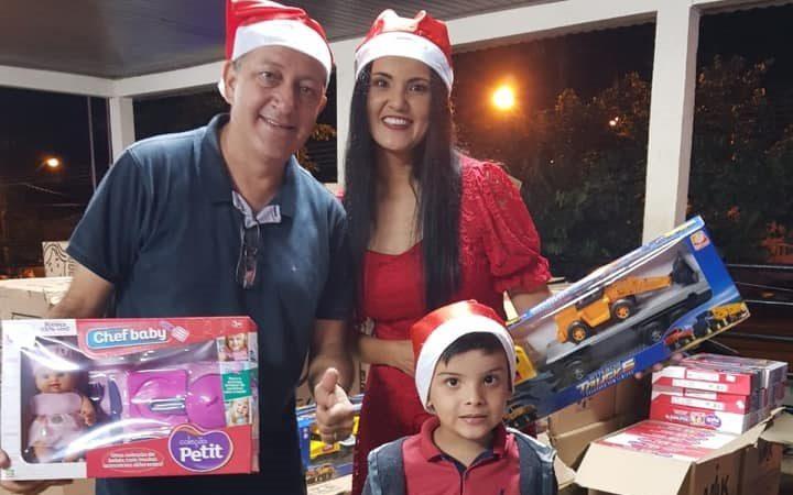 Em festa natalina, Guzolândia distribuí brinquedos para as crianças