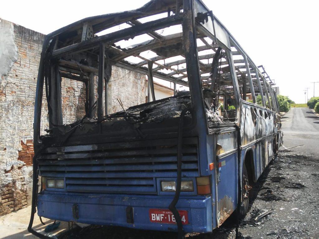 Ônibus pega fogo durante a madrugada na Cachopa