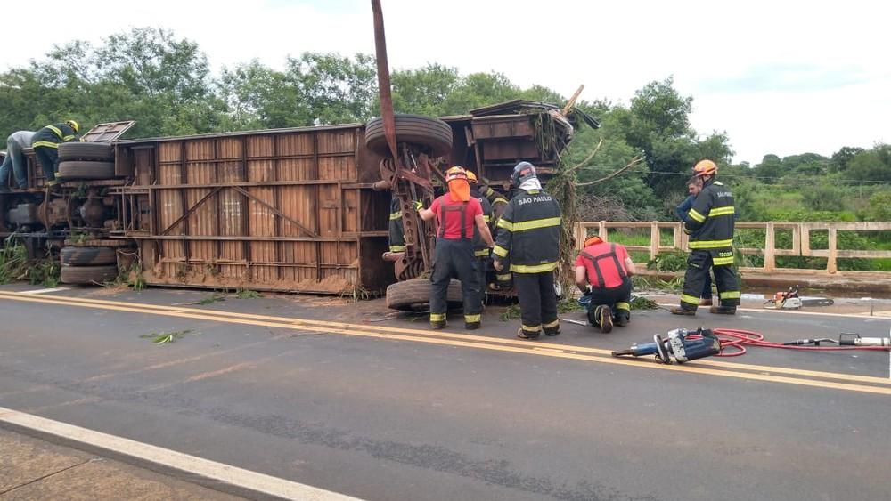 Cinco pessoas morrem e 33 ficam feridas em acidente com ônibus e moto