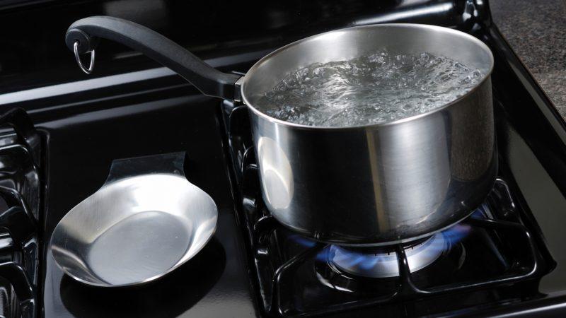 Jovem tem queimaduras de segundo grau ao derrubar água fervendo no corpo