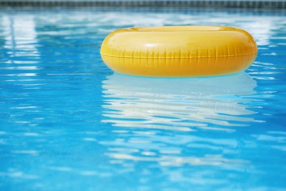 Por telefone, bombeiros orientam pais e salvam bebê retirado de piscina