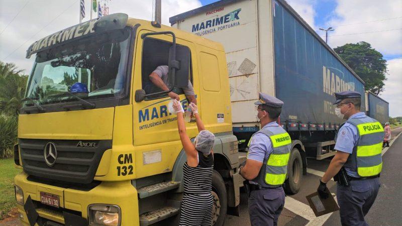 Polícia Rodoviária entrega kits de higiene e alimentação a caminhoneiros