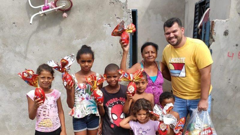 Estudante doa ovos de chocolate e cestas básicas em General Salgado