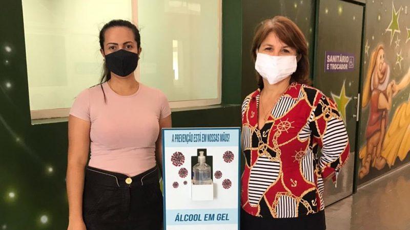 Totens com álcool em gel são instalados em setores da Prefeitura de Guzolândia