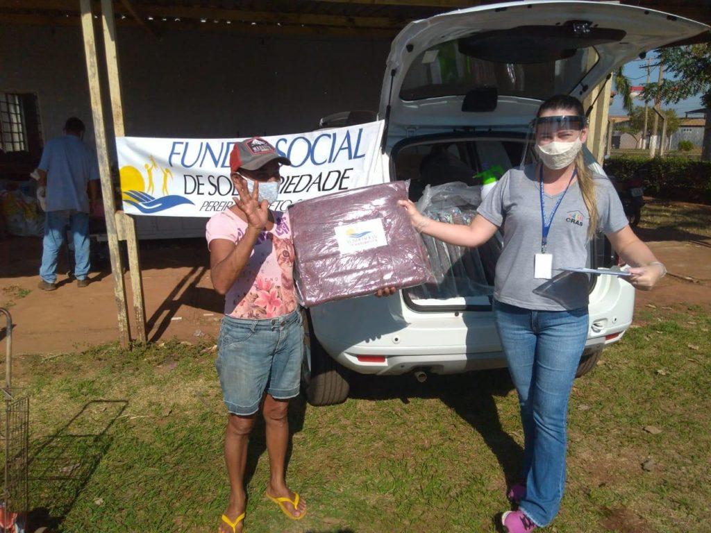 Fundo Social de Pereira Barreto distribui cobertores para as famílias