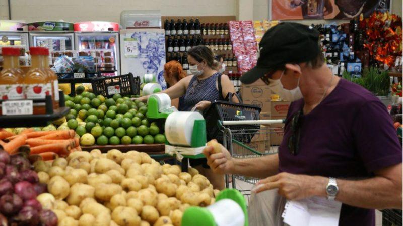 Confusão por causa de máscara em supermercado termina na polícia