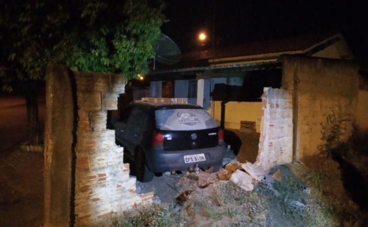 Carro destrói muro de casa no Portal das Paineiras