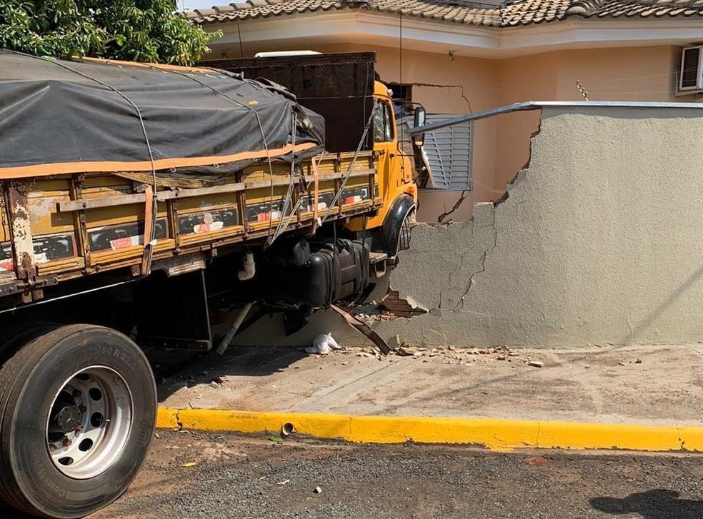 Criança fica ferida após caminhão invadir casa