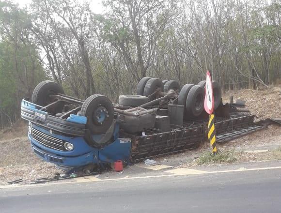 Motorista dorme no volante e capota caminhão em Guzolândia