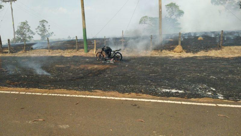 Homem se arrisca para salvar animais de queimada e tem moto destruída por chamas
