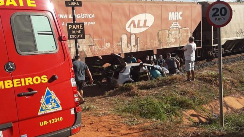 Trem atinge carro e deixa casal ferido em Valentim Gentil