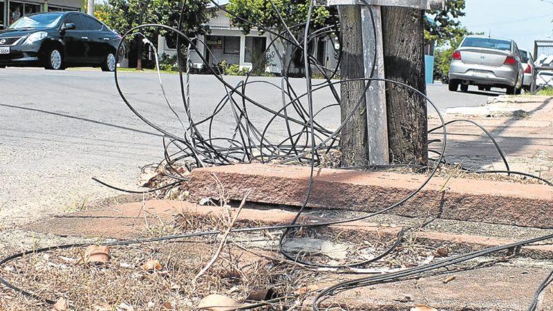 Motociclista sofre acidente com fiação de poste solta em Jales