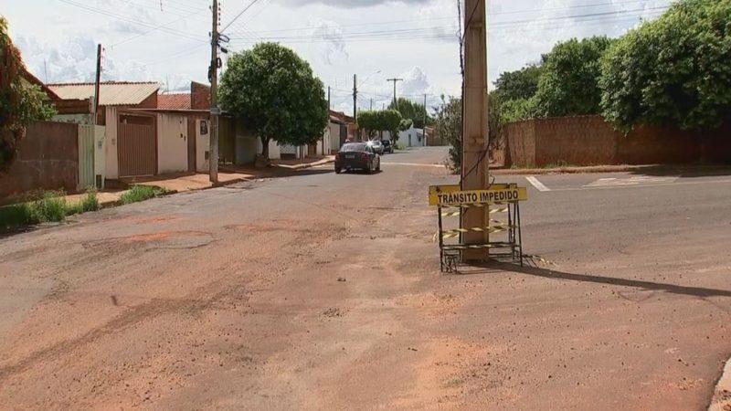 Postes no meio da rua viram piada em Fernandópolis