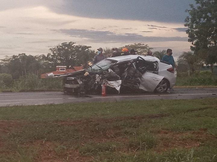 Motorista morre após perder controle da direção e bater carro em árvore