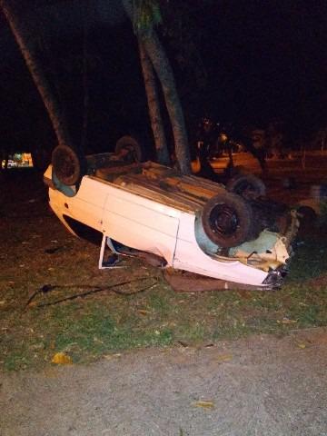 Motorista perde controle da direção e capota veículo em Auriflama