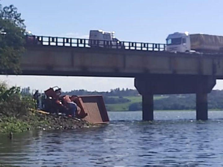 Na região, duas pessoas morrem após caminhão cair em rio