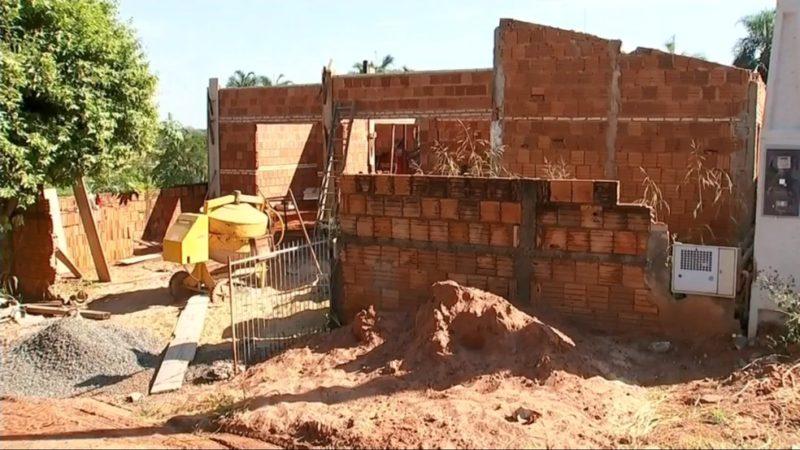 Voluntários começam a construir casa para família de menino atropelado por motociclista embriagado