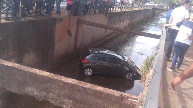 Carro cai em córrego após motorista se distrair com celular em Catanduva