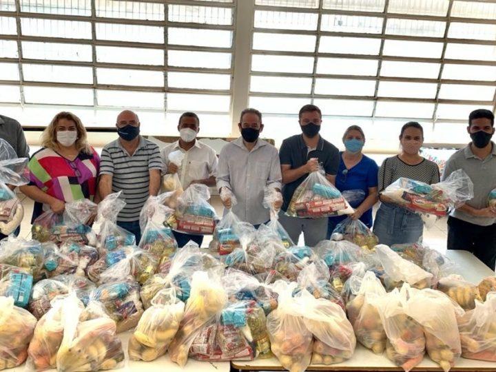 Katia Morita e vereadores acompanham entrega de Kit Merenda