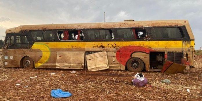 Ônibus com placas de General Salgado capota no Paraná