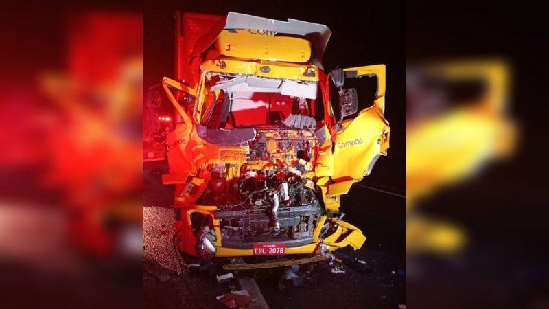 Motorista fica ferido em acidente entre caminhões na Rodovia Washington Luís