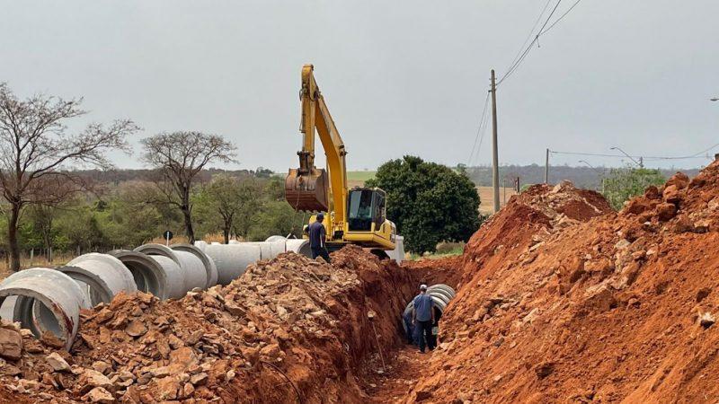 Aracanguá executa obra de drenagem pluvial em via de acesso que ganhará nova rotatória